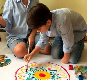 мальчик рисует мандалу